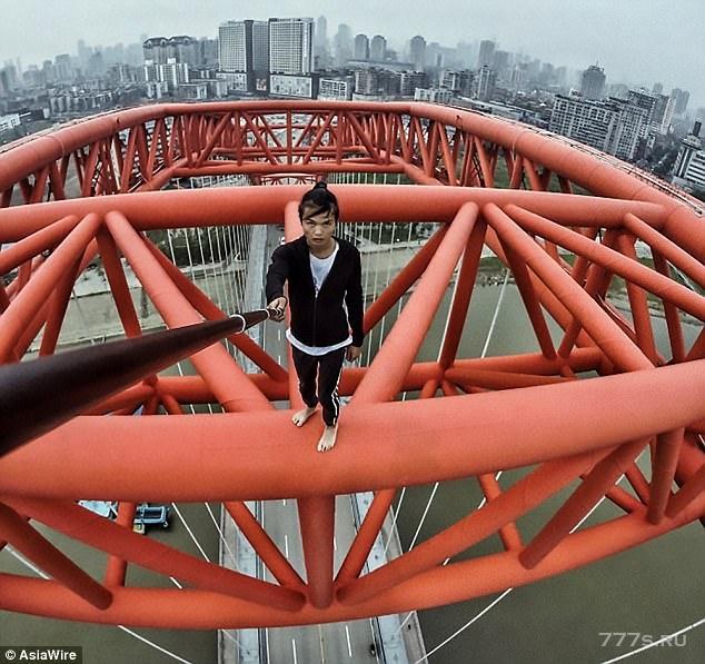 Китайский смельчак невольно снял свою собственную смерть, когда он подтягивался с вершины 62-этажного небоскреба, для видео
