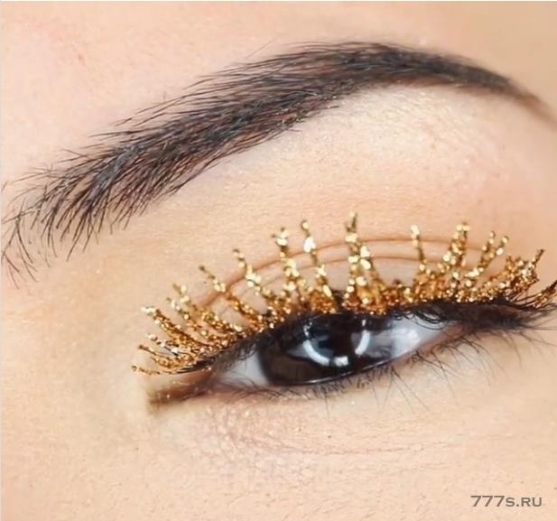 Блестящие ресницы - это последняя праздничная тенденция к макияжу ... и они выглядят лучше, чем толстенные брови