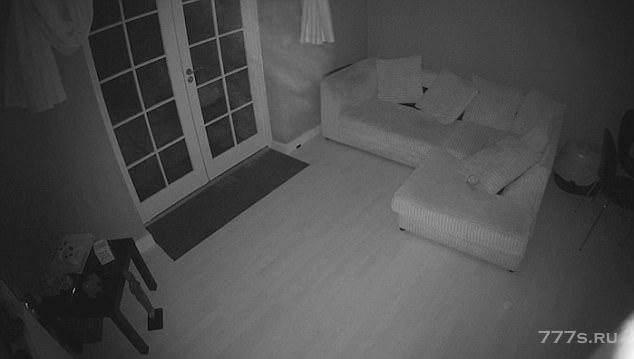 «Призрак» входит в дом, который раньше был больницей и включает детектор движения.