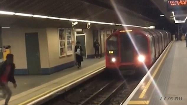 Безрассудный «идиот» прыгает через рельсы перед проходящим поездом метро и приземляется на противоположную платформу