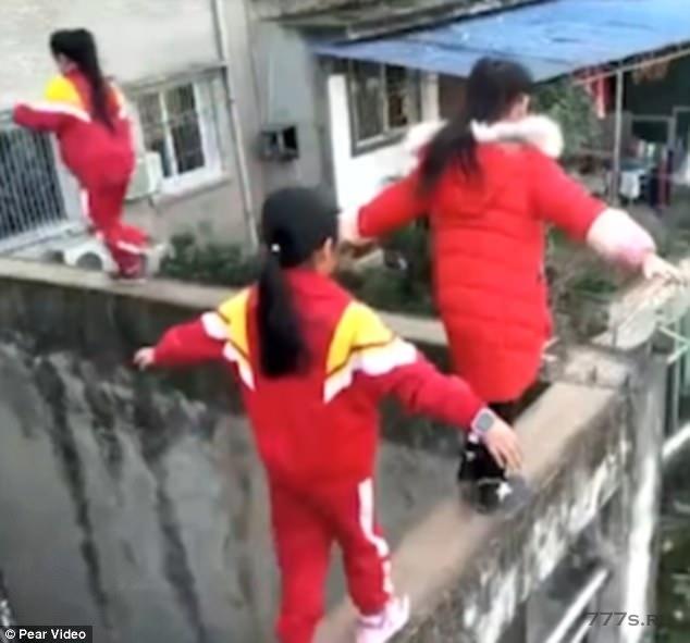 Шок, группа детей идет по крошечному выступу на высоте 18 метров без какой-либо защиты, потому что они «играют» после школы