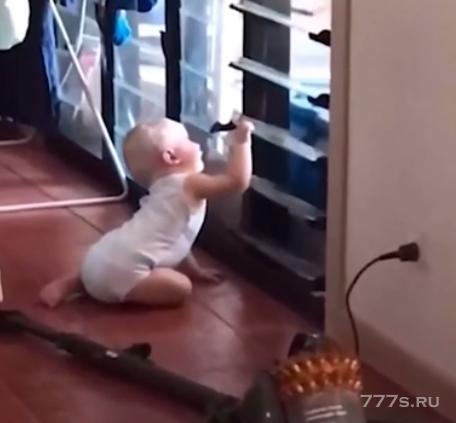 Смешной момент, когда ребенок открывает окно, чтобы впустить собаку в дом
