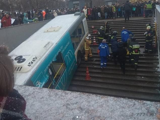 По меньшей мере четверо прохожих скончались и 16 получили ранения, когда aвтобус врезался в лестничный выход из Метро в России.