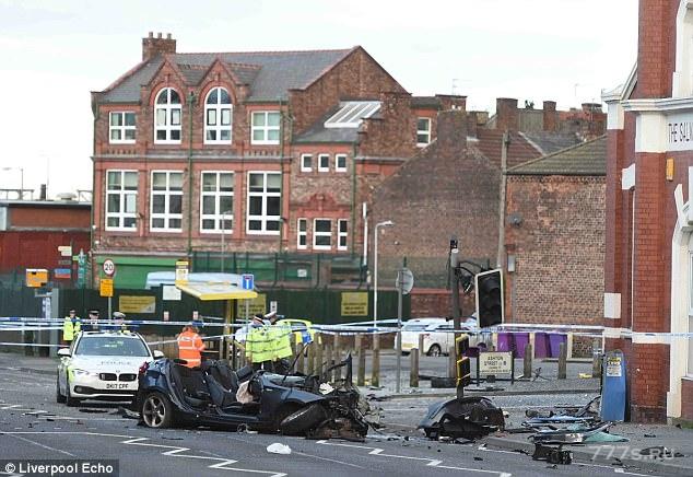 30-летний мужчина погиб, когда его БМВ разрушился от столкновения с автобусной остановкой во время полицейского погони в ранние часы рождественского утра