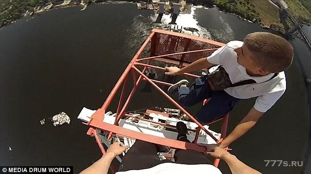 Двое адреналиновых руфтоппера поднялись на 195-метровый кран на Украине, подплыв к нему в лодке