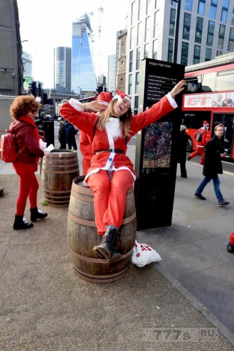 Сотни пьяных Санта Клаусов пьют, танцуют и развлекаются на ежегодном Сантаконе