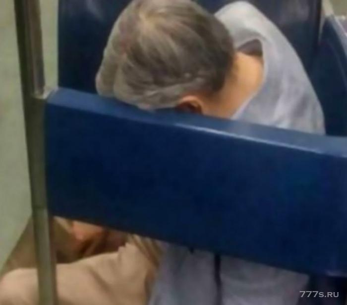 Мужчина умер в поезде подземки, никто и не заметил