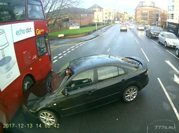 Кто виноват в этой аварии между автобусом, автомобилем и грузовиком?