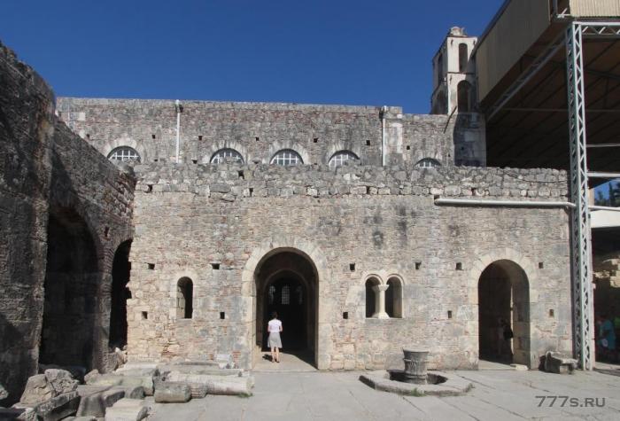 Внутри древней церкви, где могли быть погребены останки святого Николая под каменной плитой
