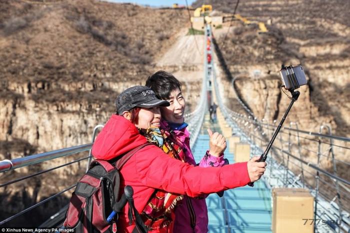 Самый длинный стеклянный мост в мире открывается в Китае на высоте 227 метров