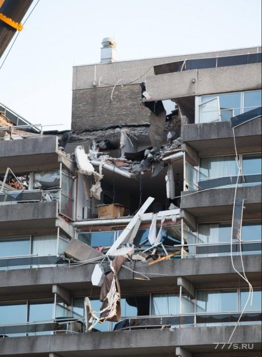 Один человек погиб после того как кран упал на здание во время шторма
