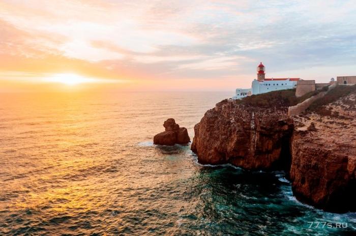 Британский пенсионер вероятно погиб, так как полиция обнаружила его яхту в португальских водах с купальным халатом