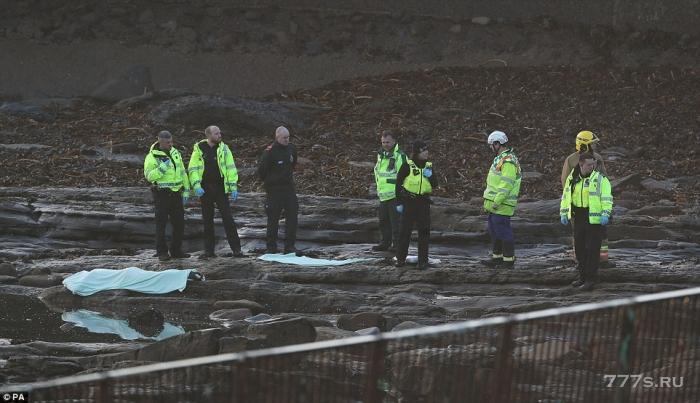 На пляже в Тайнсайде сразу после восхода солнца был найден мертвый мужчина 25 лет, который был одет только в носки.