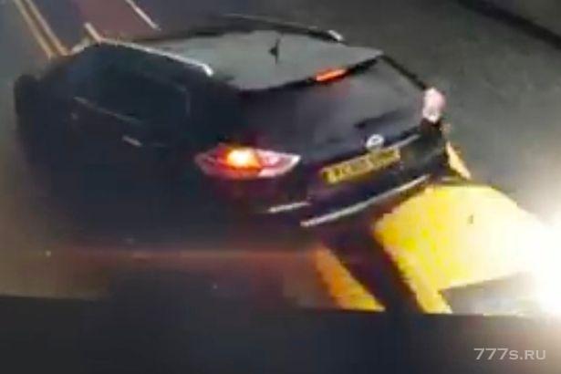 Audi R8 врезается в стоящий автомобиль с тремя детьми внутри в ужасной аварии, подбрасывая его в воздух.