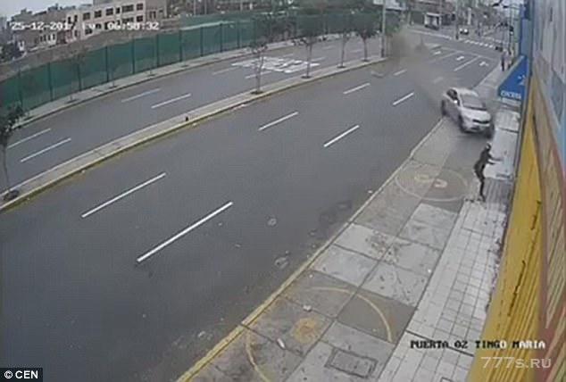 Женщина не смогла увернуться от машины, потерявшей управление.