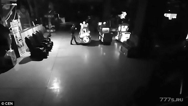Отец и маленький сын спрятались в торговом центре, чтобы насладиться аттракционами, когда ТЦ закроется