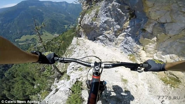 Сердце останавливается, когда смельчак карабкается по французским Альпам с велосипедом на спине – потом он прыгает на него и катится с головокружительной скоростью
