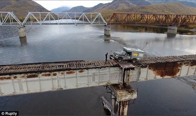Страшно, правда. А вы бы поехали через этот мост?