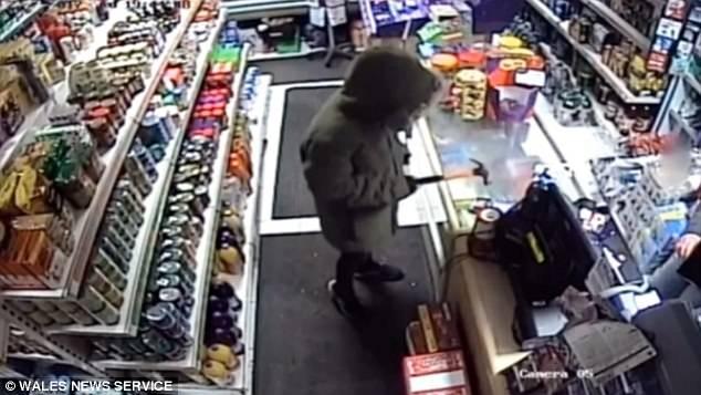 Обсаженный подросток «сдается» при ограблении магазина, когда продавщица выхватывает у него из рук молоток, которым он угрожал ей