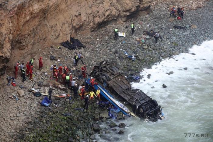 Перуанский автобус скатился со скалы 99 м высотой. Много погибших