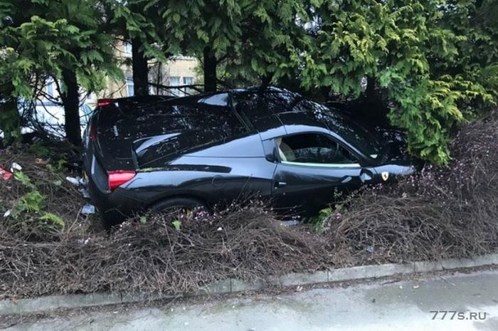 Ferrari стоимостью 200 000 фунтов стерлингов, врезалась в сад, когда водитель не справился с управлением