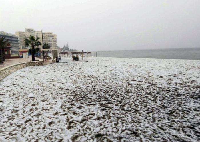 Британские туристы в поисках солнца ринулись на испанские пляжи и курорты и увидели пляжи, прокрытые льдом