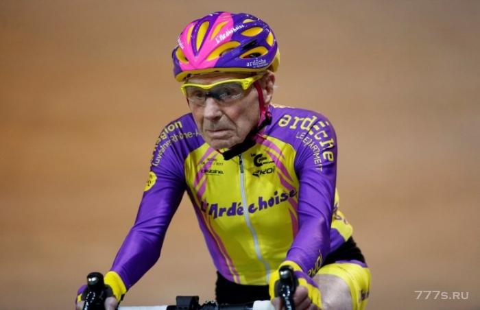 Столетний Велосипедист повесил свой велосипедный шлем в 106 лет