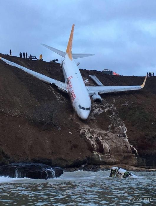 Пассажирский самолет съехал с ВПП и остановился в нескольких метрах от моря