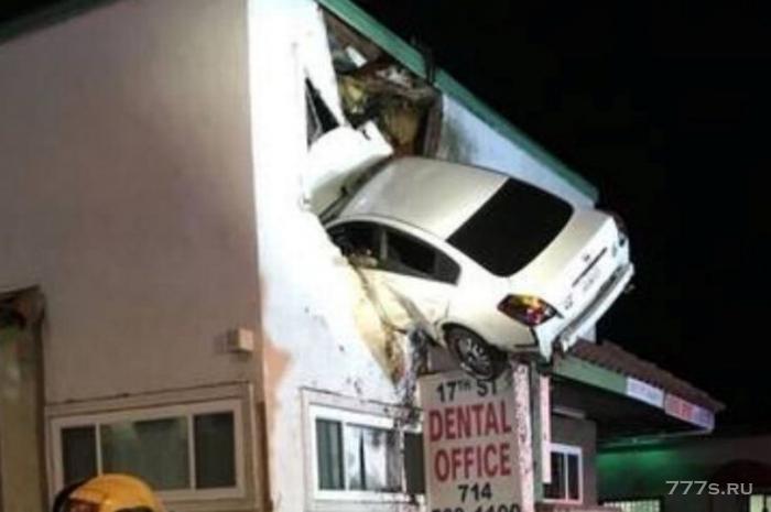 Водитель под наркотическим опьянением врезался в стену на высоте 5 метров от земли, не справившись с управлением автомобиля.