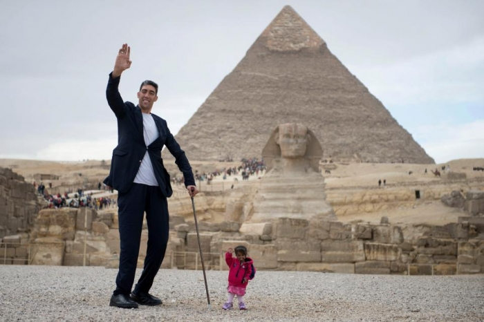 Невероятная фотосессия в Египте самой маленькой женщины в мир и самого высокого мужчины.