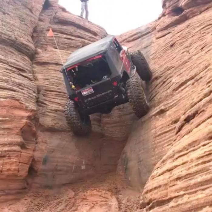 Клип показывает удивительные вещи, Jeep Wrangler поднимается вверх по невозможной вертикальной скале - без лебедки