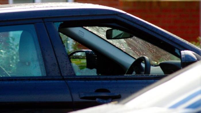 Женщине выстрелили в шею перед дочерью подростком, когда она сидела в своей машине