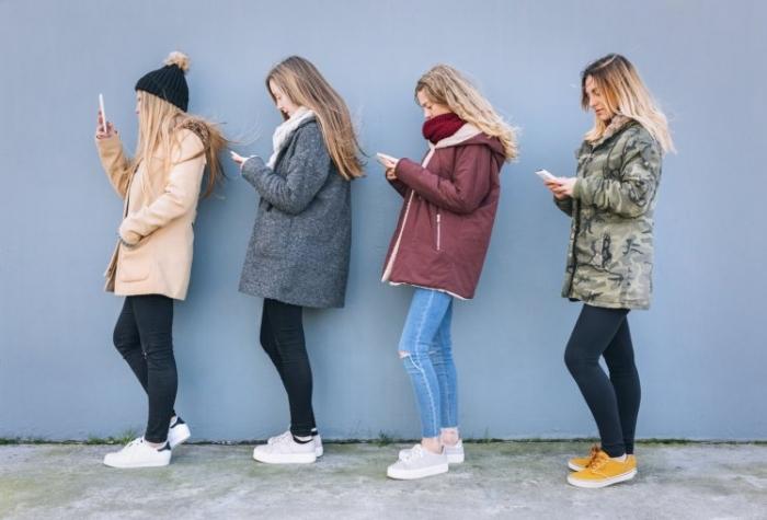 Молодые люди забыли, как разговаривать лицом к лицу и предпочитают использовать социальные сети для общения