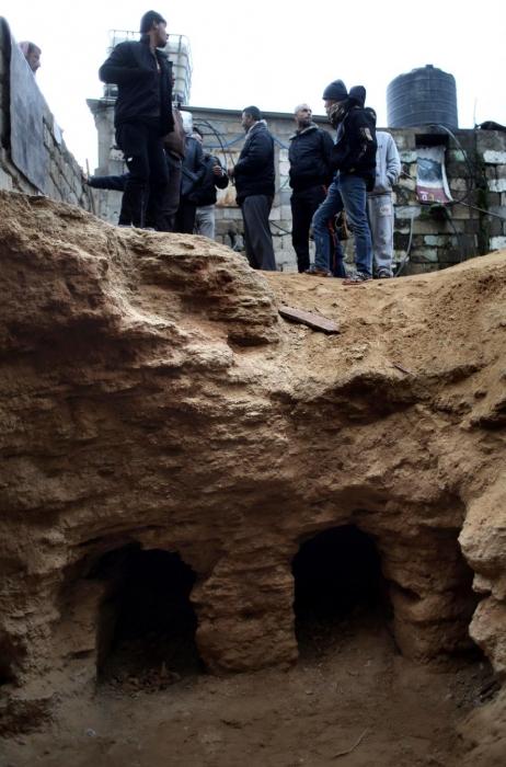 Сильный дождь размыл гигантское древнее кладбище в саду семьи