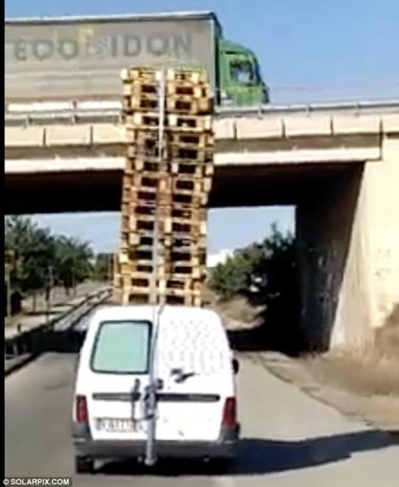 Испанская полиция расследует происшествие с белым фургоном, который вёз 20 деревянных поддонов на крыше