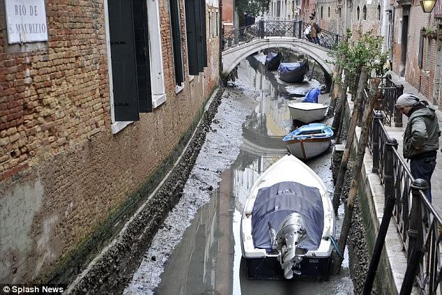 Известные каналы Венеции высыхают из-за низких приливов и недостаточных дождей
