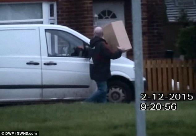Обманщика, который обманным путем получил 12 000 фунтов стерлингов на выплатах по нетрудоспособности, поймали на камеру, работающим курьером