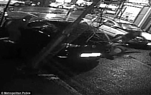 Бизнесмена вытащили из машины и ограбили два головореза в балаклавах.  В Лондоне теперь неспокойно.