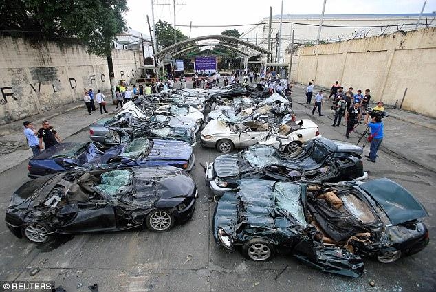 Контрабандные «Ягуары» и роскошные автомобили со всего мира давятся бульдозерами в Маниле в рамках борьбы с коррупцией президента Дютерте