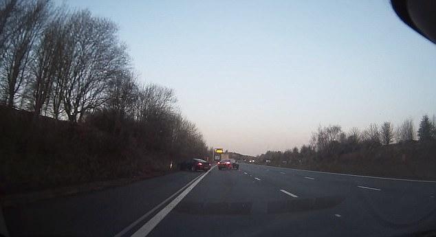 Автомобиль сходит с трассы, чтобы пропустить неуправляемый Ягуар, а затем переворачивается в воздухе после поворота.
