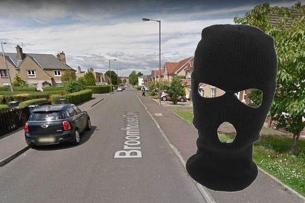 Пожилая пара восьмидесяти лет была связана в своей квартире доме преступниками в масках