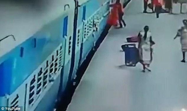 Женщина, которую затащило под поезд метро, когда пальто застряло в дверях, все еще в больнице