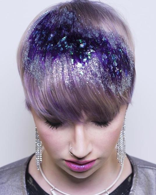 Стилист придает тенденцию сверкающего выделения волосам