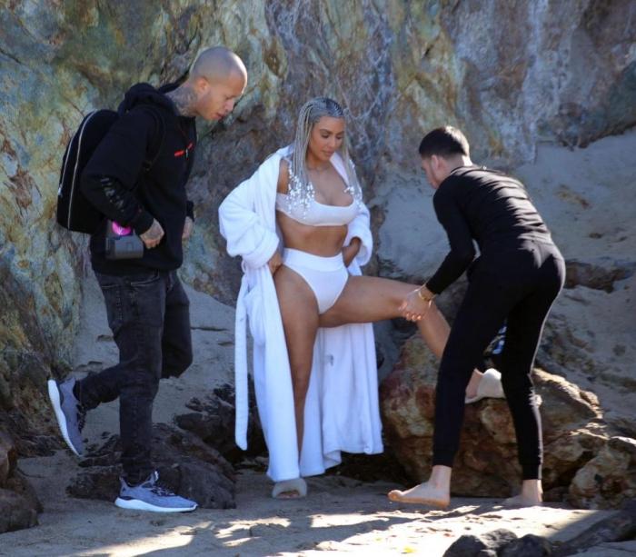 Мужчина массирует знаменитую Ким Кардашьян, взгляните на очаровательные пропорции красавицы