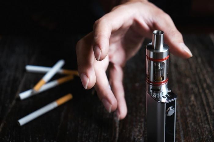 «Электронные сигареты» следует назначать по рецепту и разрешать в больницах