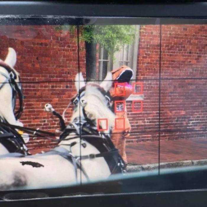 Женщина спровоцировала несчастный случай переодевшись в тиранозавра и начав рычать на лошадей