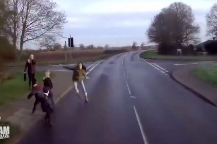 Страшный момент. Дети выбегают на дорогу перед грузовиком