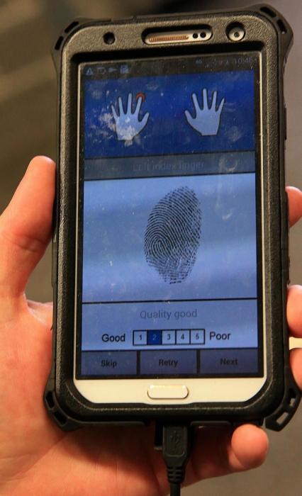 Полицейских Британии, оснастили сканером отпечатков пальцев, которые могут определить личность мошенников за секунды