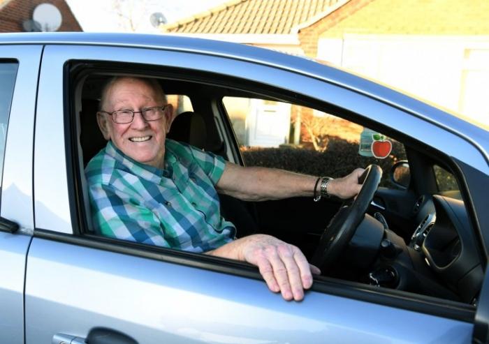 Муж учится водить в 79 лет, чтобы он мог возить жену в больницу