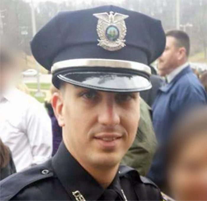 Полицейский уволен за отказ стрелять в черного человека